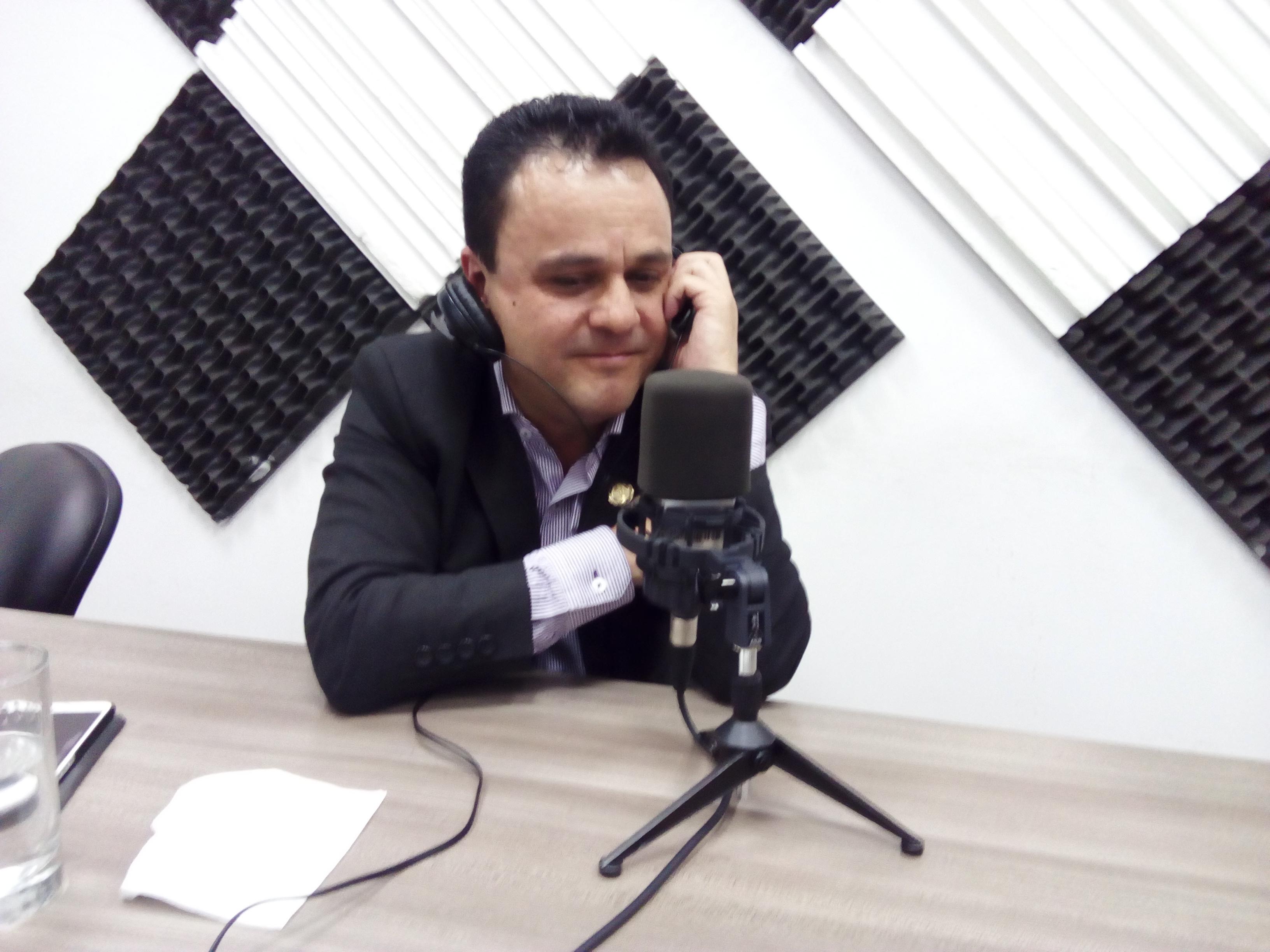 Esteban Bernal: Fuerte en la política y sensible en su hogar